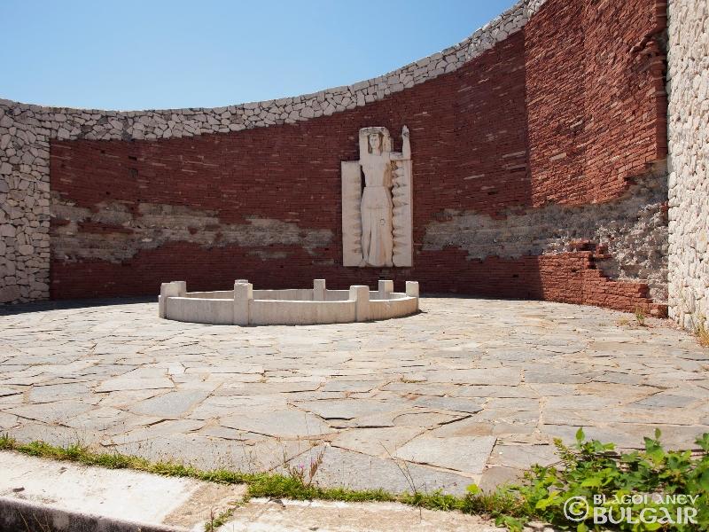 http://image.nauka.bg/kul/pametnici/Aprilci.Perushtica/_8138629.jpg